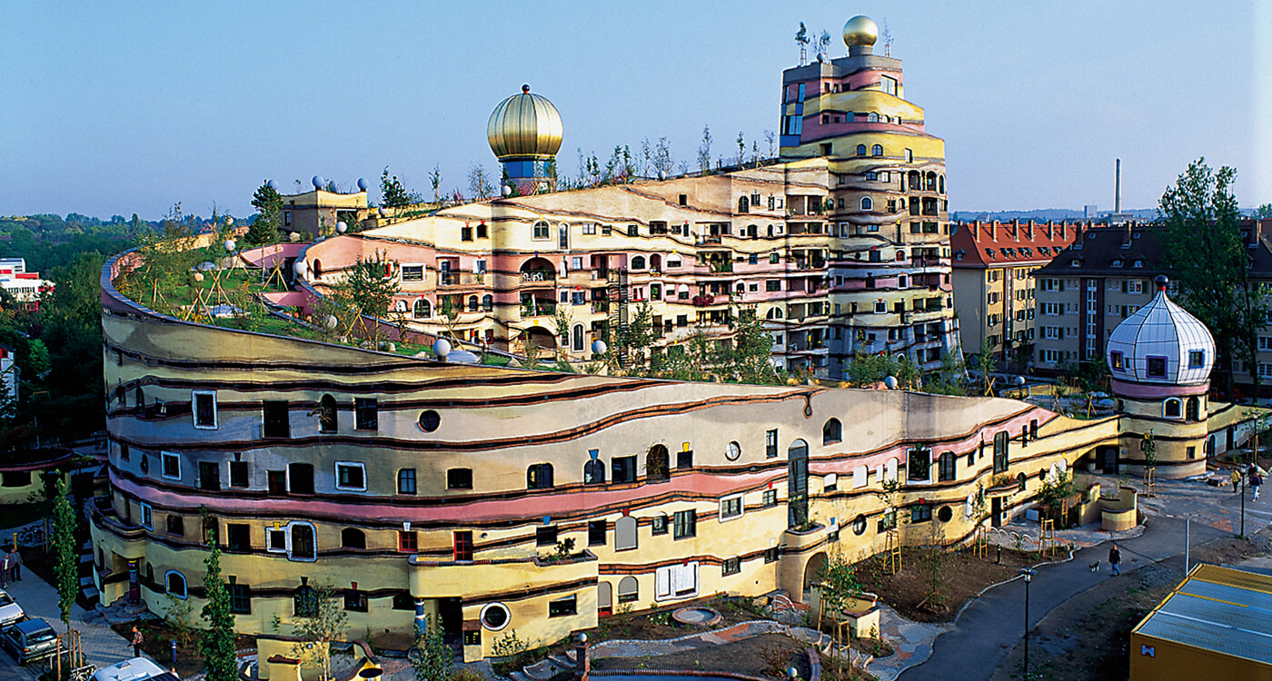 Typically Hundertwasser: The golden crowns enhance living in the Waldspirale.